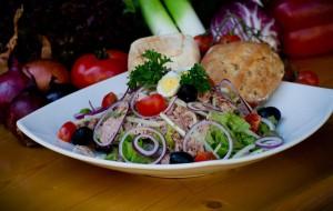 Рисовый салат с тунцом, помидорами-черри, маслинами и оливками