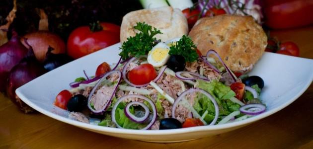 Итальянская кухня. Рецепт: Рисовый салат с тунцом, помидорами-черри, маслинами и оливками (фото)