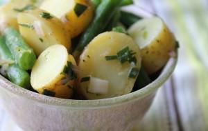 Салат из картофеля и зеленой фасоли
