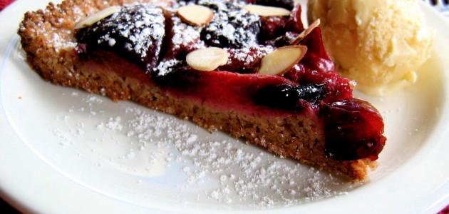 Итальянская кухня. Рецепт: Тарт «Татен» со сливами и миндалем (фото)